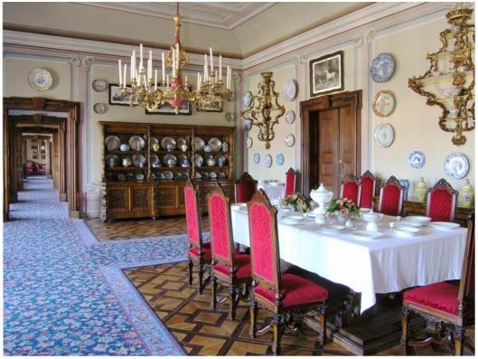 Parkiet pałacowy w małej jadalni